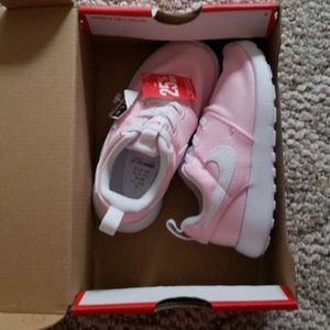 Brand new 10C pink Nike roshe one